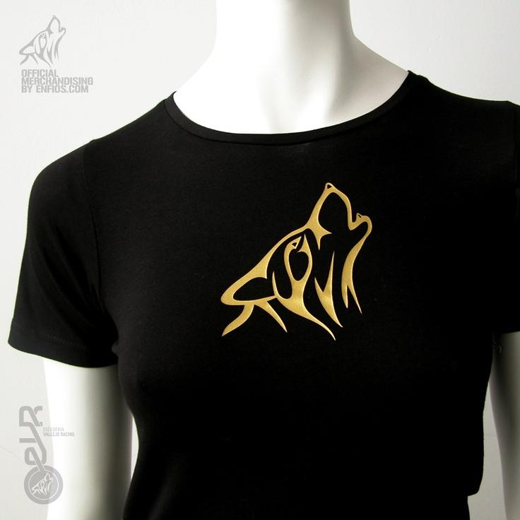 """Camiseta de alta calidad, 100% algodón, punto tubular, cuello canalé, doble pespunte y tapa costuras en el mismo material.    Prenda negra serigrafiada en el centro del pecho con icono de lobo en color oro. En la parte central de la espalda logotipo de la ESCUDERIA VALLEJO RACING en vertical en color oro y leyenda ESCUDERÍA VALLEJO RACING en costado en color oro.    Disponible en las tallas """"S"""", """"M"""" y """"L"""" de corte entallado, siendo la talla """"L"""" la más común."""
