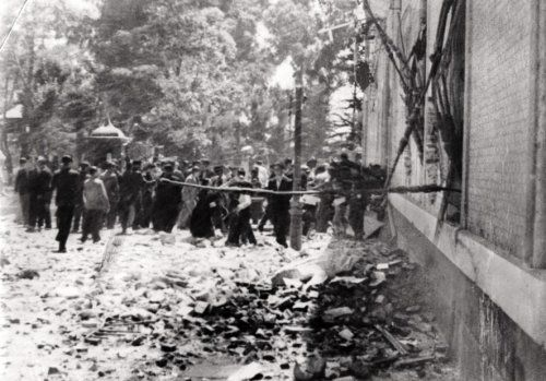Onbekend | Staatsvorming, burgeroorlogen: De Spaanse Burgeroorlog van 1936-1939. De laatste aanval op de kazerne van Montana, bij Madrid. Regeringstroepen bestormen de vooringang die verdedigd wordt door nationalistische rebellen. Spanje, 1936.