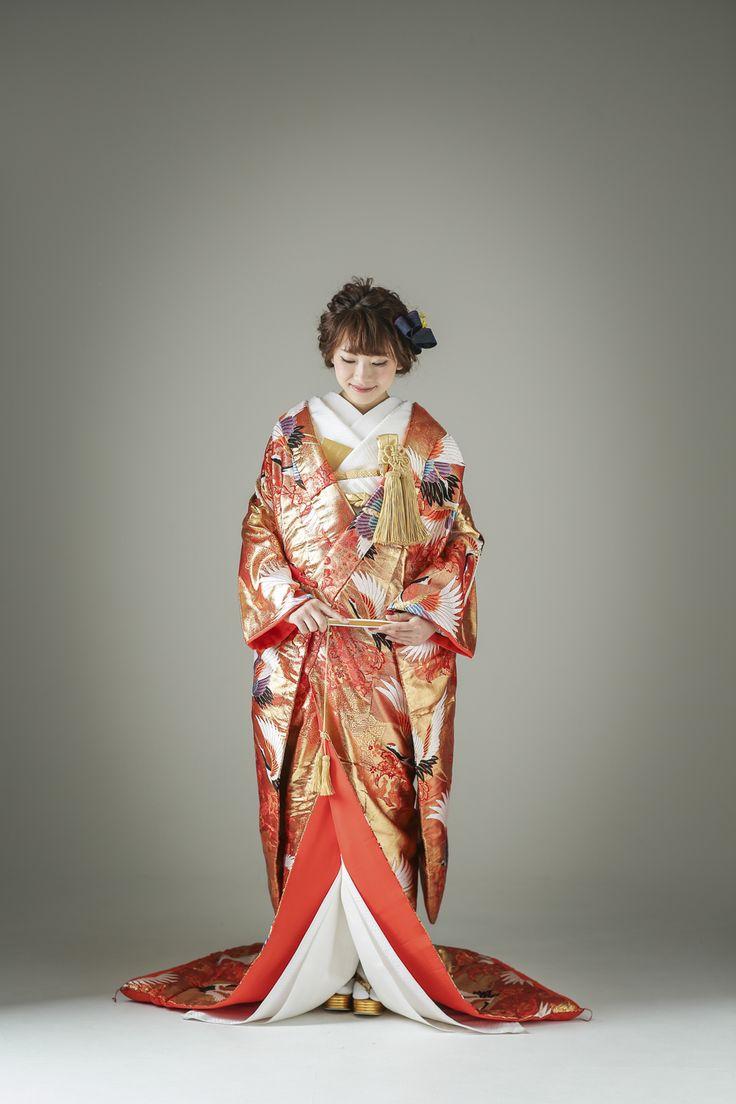 色鮮やかなオレンジを基調に、羽ばたく鶴の文様を全体にあしらった古典的な色打掛です。鶴が羽を広げて羽ばたいている様子は、お二人の新たな未来にむけての出発をお祝いしてくれているかのようです。着物全体に贅沢に使われている金が、主役をゴージャスに引き立たせてくれます。 古典柄 鶴をあしらった金箔を施した色打掛 色鶴 ゴールド/オレンジ 白無垢・色打掛をはじめとした結婚式の花嫁衣装を、格安でレンタルできる結婚式着物レンタル専門店【THE KIMONO SHOP−ザ・キモノショップ】古典的な着物や引振袖・紋付袴など婚礼衣装を幅広く取り揃えております【新宿・東京・大阪・福岡】