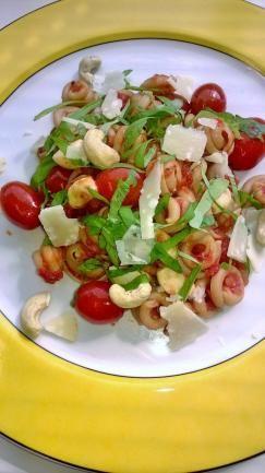 Tomaatti-chilikastiketta ja pastaa