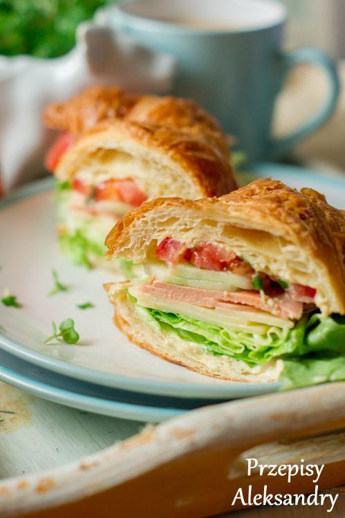 Kanapka Croissant z hummusem, serem, wędliną i warzywami / croissant sandwich with hummus, cheese, ham and vegetables :)