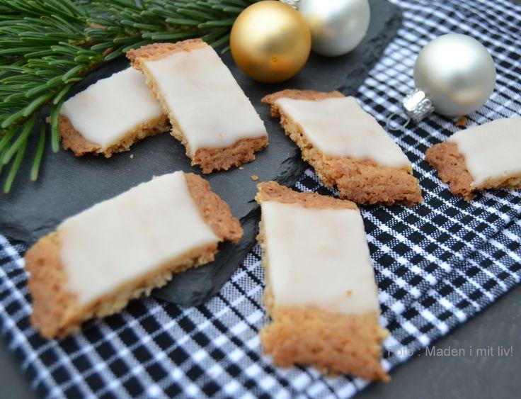 Fedtebrød er en skøn og knasende sprød småkage med kokos og den lækreste romglasur på toppen - en perfekt lille julesmåkage