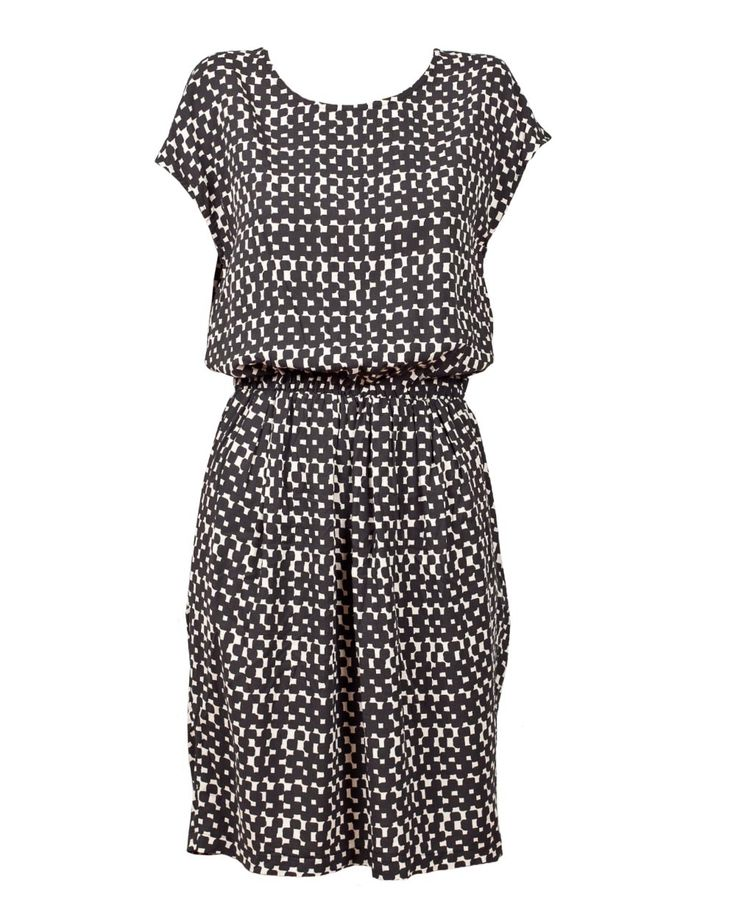 Beautiful black/white printed dress from Stig P. This dress has t-shirt sleeves, a cut out back and an elastic waistband. In the back it has cool button detailing.
