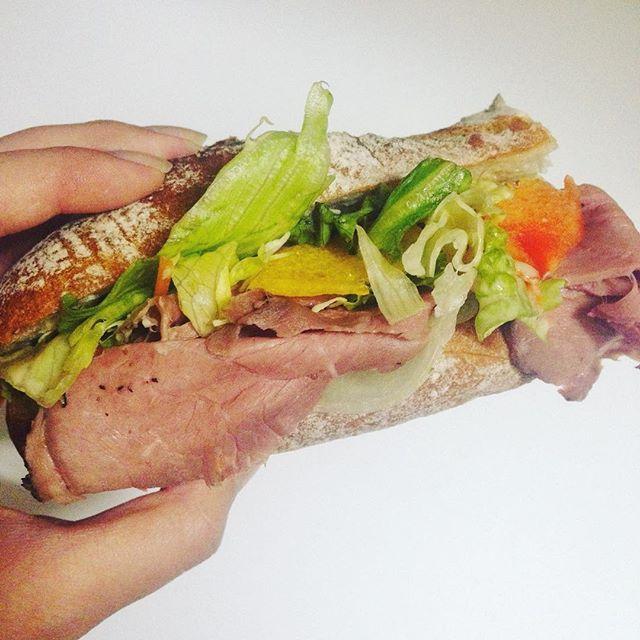 デパートで美味しい#ローストビーフ が半額になってたので#🎵 .  #父の日スペシャル #fathersday  #💓 #サンドイッチ #サブウェイ風 #😁 #instafood  #instagood #おやすみなさい #gn #🌙 #手料理 #朝ごはん部 #おうちごはん #肉 #野菜たっぷり
