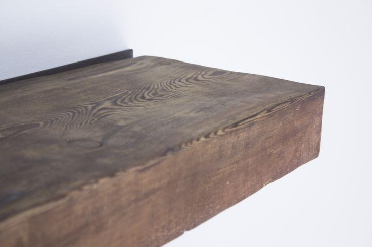 Estantería volada hecha con tablones de andamio antiguos 100% reciclados, tintados y tratados para un acabado perfecto. Son piezas únicas como todos nuestros productos.