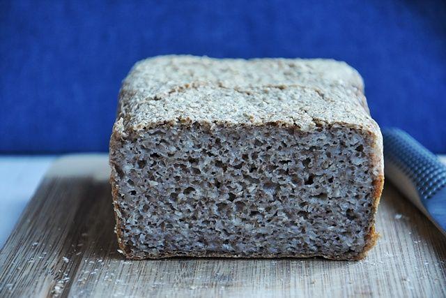 Od kilku tygodni piekę chleb. Szukam zarówno prostych receptur jak i alternatywy dla wszystkich tych, którzy zmuszeni są odstawić dziesiątki produktów. Ponad rok temu odkryłam jak wiele możliwości daje kasza gryczana niepalona. Jej fenomen polega na tym, że w odróżnieniu od wersji uprażonej, po wcześniejszym namoczeniu stosujemy ją bez gotowania. Idąc tym tropem można przygotować […]