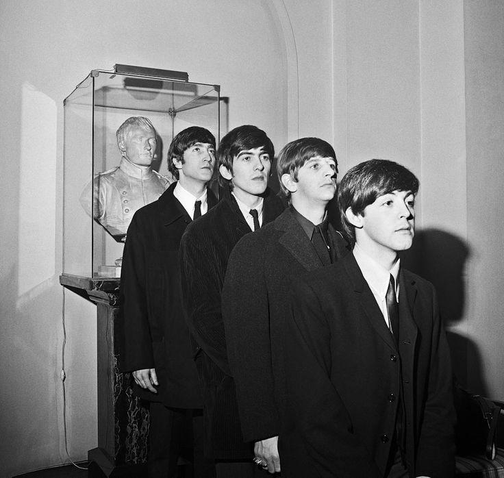 Four Beatles, Hotel Lobby © Harry Benson