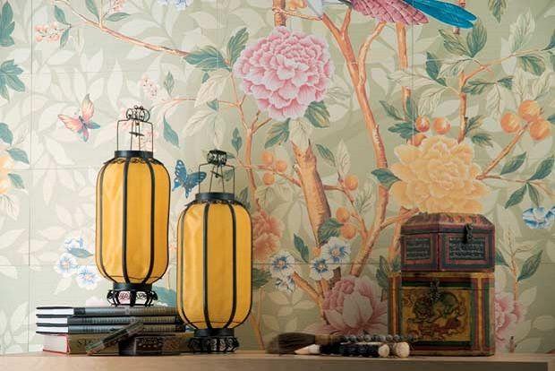 Des couleurs vivaces et élégantes qui dépeignent un arbre riche de détails fleuris et une nouvelle sensation tactile qui rappelle le soyeux des doux tissus : Florilège fait revivre le charme des motifs du XVIIème siècle des tapisseries chinoises peintes à la main en leur donnant une nouvelle allure dans cette céramique précieuse en pâte blanche. Carrelage Florilège Novoceram #papierpeint #tapisserie #carrelage #tiles #faience #oiseaux #chinoise #fleurs…