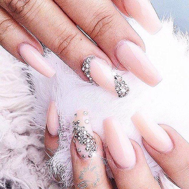 Ideia de unha para festas de final de ano 😘✨💫 #nudenails #crystal #nailart #pretty #beauty #nail #nails #unha #unhas #beleza #esmalte #nailpolish #blogger #carolinebeltrame.com.br #glam #blog #beautyblogger #bblogger #pink #blogueirassaopaulo #nailart #blogueirasbrasil #influencersbrasil #osasco #saopaulo #brasil #moda #fashion . . . . . . www.carolinebeltrame.com.br