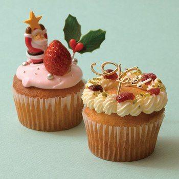 シンプルなカップケーキも、生クリームやバタークリーム、オーナメントやピスタチオなどでお洒落に飾り付ければ一人用の小さなクリスマスケーキに。ひと工夫したい時は、ケーキの中身を少しくり抜いてフルーツやジャムを埋め込むとさらに違った味わいを楽しめます。