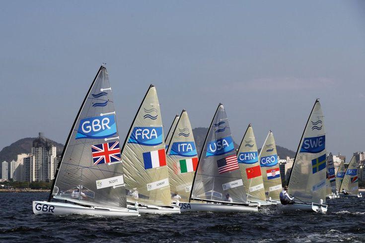 Giles Scott, de Gran Bretaña compite en la carrera de la clase Finn en la Marina da Gloria, Río de Janeiro. rnrn