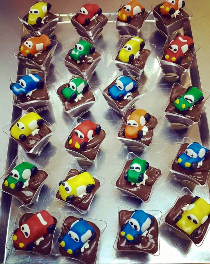 Cars, always a favorite theme for little, or not so little, boys. Mini cupcakes with chocolate cream and chocolate buttercream frosting filling. On top, colorful mini cars made of yummy sugar pastr.