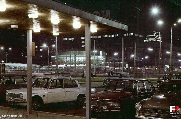 Wspaniałe, błyszczące się maszyny pod Hotelem Metropol, a w tle Rotunda, jeszcze przed wybuchem. Lata 70.    fot. fotopolska.eu/Neo[EZN]