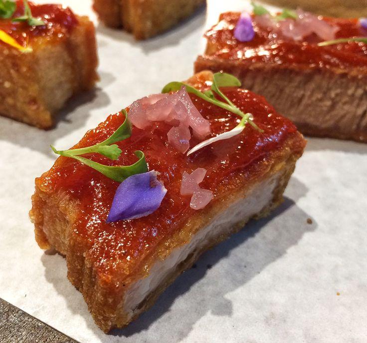 Prove a combinação improvável e espetacular dos retângulos de torresmo de barriga de porco pincelados com goiabada crocante (R$ 24) da nova A Casa do Porco