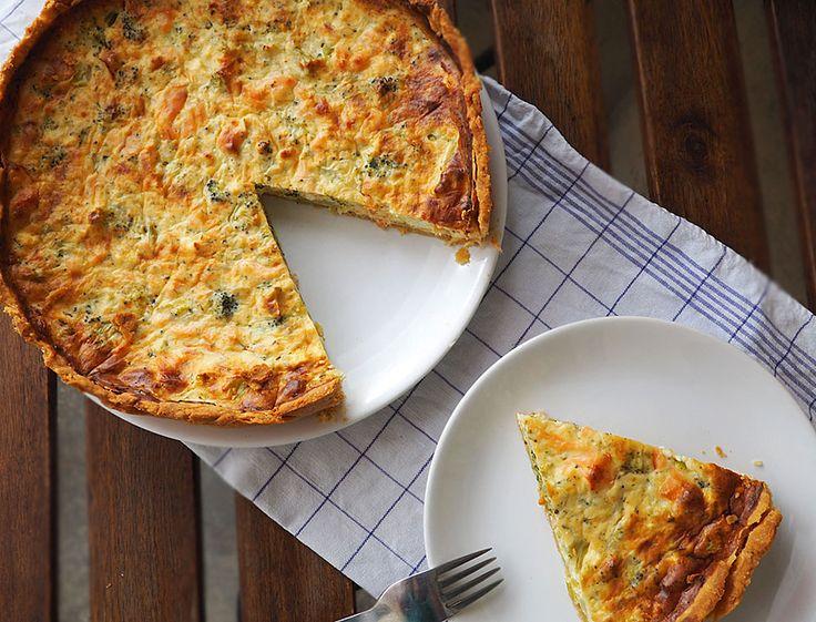 Această tarta cu somon si broccoli este salvarea atunci când așteptăm musafiri, mai ales in perioadele reci ale anului. Este ușor de preparat, sățioasă și