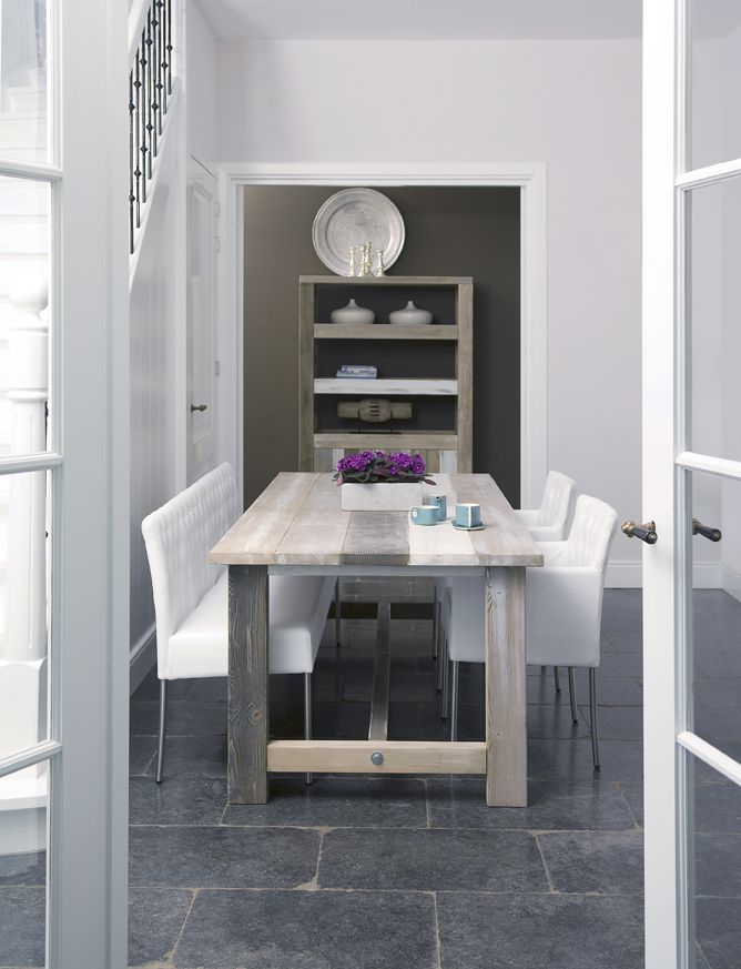 Frisse witte eethoek met houten tafel van Coming Lifestyle