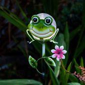 Jolie lampe solaire à piquet Sicily grenouille, référence 1532082 - Lampes décoratives pour l'extérieur : guirlandes lumineuses, lampes solaires à découvrir chez Luminaire.fr !