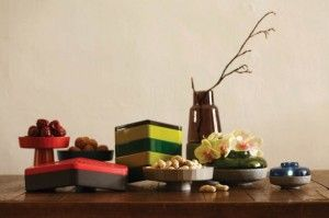 """""""Quan"""" sono delle scatole appartenenti alla tradizione e alla cultura cinese e che venivano utilizzate durante le festività per offrire dolci e caramelle.  Sono stati reinterpretati in chiave moderna dalla designer Kate Chung per il brand cinese Jia Inc,   La linea di accessori per la tavola """"Snack Box"""" possono  essere usati come piatti da portata, per trasportare cibi, per offrire stuzzichini. Perfetti per le vostre cene con amici e per dare alla tavola quel pizzico di originalità e novità."""