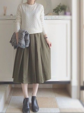 流行のケーブルニットに今秋注目のカラー・カーキのミモレ丈スカートを合わせた、上品で秋らしいコーディネート。足元は黒のショートブーツでキリッとしめて。