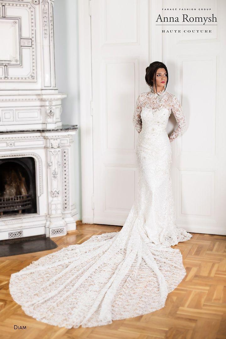 Anna Romysh diam, collectie 2016, Exclusief en elegantie zijn kenmerken van deze trouwjurk. Super mooi zoals de slanke jurk wordt gecombineerd met de lange sleep. De luxueuze kant en verrassend uitgewerkte details geven de jurk een extra weelderige uitstraling. #exclusief #glamour #hooggesloten #koonings