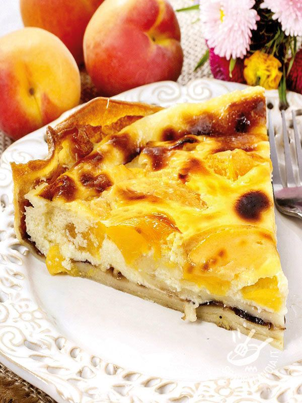 Cake Cheesecake with peaches - La Torta di ricotta alle pesche gialle, a base di ricotta, pesche e confettura di mirtilli, è un dessert delizioso e raffinato. Fresco e molto aromatico! #tortadiricotta #tortaallepesche