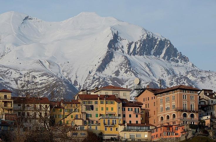 Belluno e il Monte Serva Dolomiti Veneto Italia foto di Ylena Ichkova