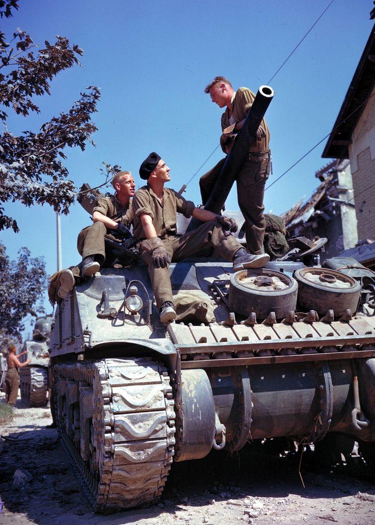 Des soldats Canadiens sur leur Sherman après de Vaucelles (au Sud de Caen) en juin 1944
