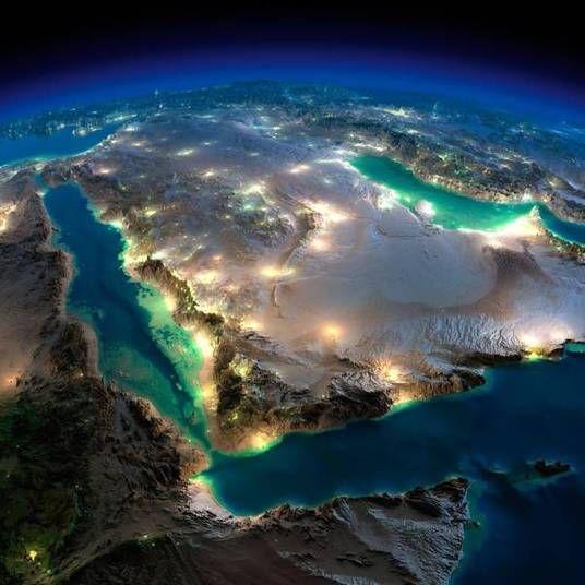 A Península Arábica (onde ficam Arábia Saudita, Emirados Árabes, Catar, Iêmen, Omã e Bahrein) tem alguns pontos muito iluminados no meio do deserto