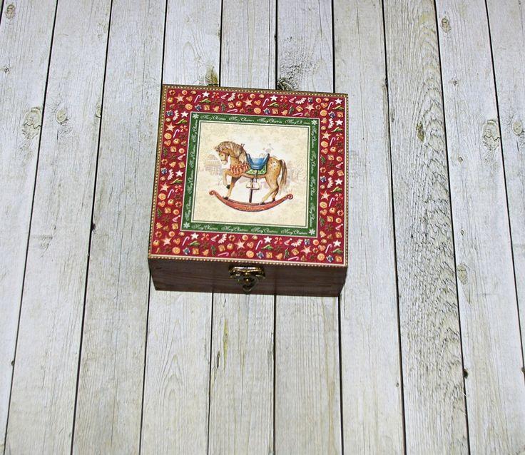 Houpací+koník+Dřevěná+krabička+o+rozměrech+cca+16,2x16,2+cm+a+výšce6+cm.+Krabička+je+natřena+akrylovými+barvami,+ozdobená+technikou+decoupagea+zapínáním.+Následně+přetřena+lakem+s+atestem+na+hračky,+uvnitř+nechána+přírodní.