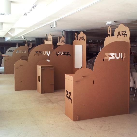 Yuzz_stands cartón de Cartonlab para encuentro de jóvenes emprendedores. Cardboard booth for young entrepreneurs congress designed by Cartonlab.
