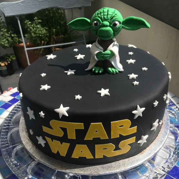 Star Wars Motivtorte selber machen. Mit ganz einfach Tipps zaubert auch ihr tolle Motivtorten. Meister Yoda wurde aus Fondant modelliert. Der Inhalt der Torte besteht aus einer Mousse au chocolat Creme und einem Biskuitboden. Für alle Schokoladen Liebhaber ein Traum.