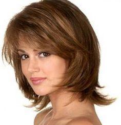 Слоистые женские стрижки на волосы средней длины, видимо, еще долго будут находиться на переднем плане в модном мире. Это могут быть «каскад», «лесенка» или