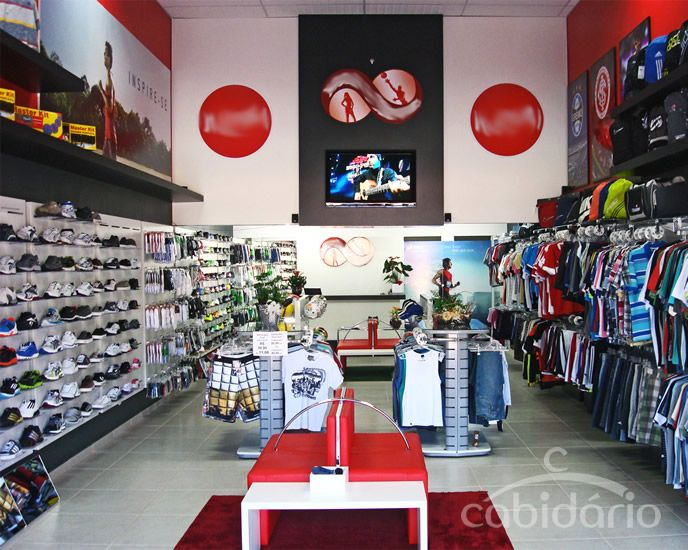 Painéis com acessórios para calçados, encartelados e cabideiros. Saiba mais em: http://cabidario.com.br/catalogo-2013/
