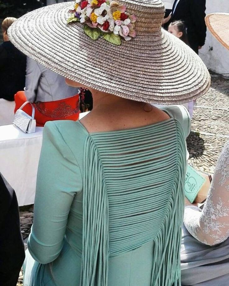 Tocado y preciosa espalda la de esta invitada a boda.