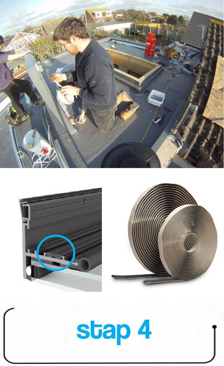***Breng de tape aan*** Breng twee stroken butyltape aan op het frame van het dakraam. De tape past precies tussen de randen in het frame en zorgt voor een waterdichte afdichting.
