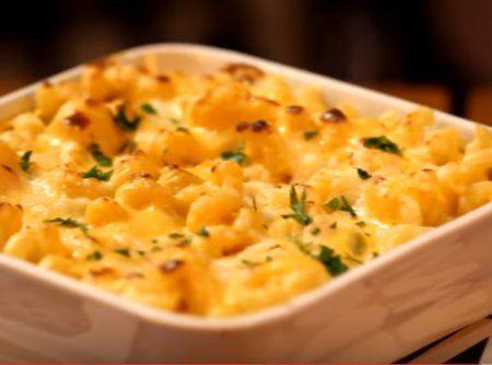 Faça em casa a famosa receita americana Mac and Cheese: macarrão ao molho de queijo cheddar cremoso!