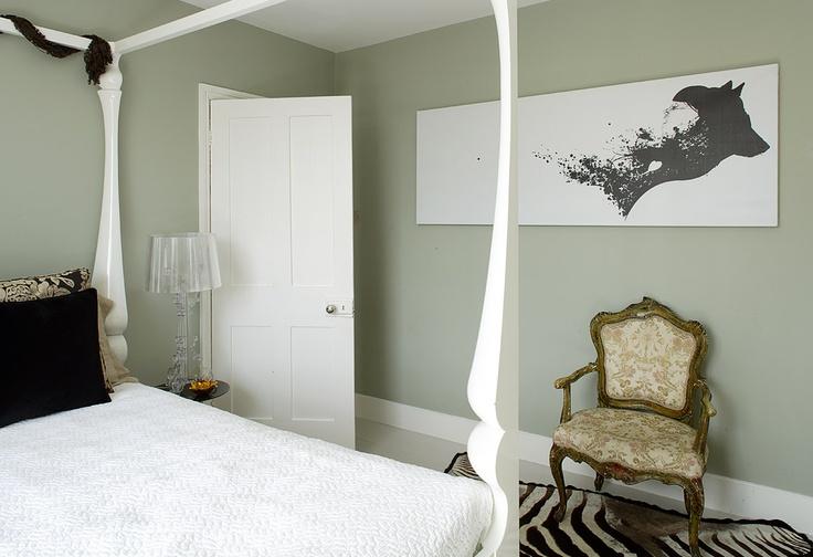 Een kleur als Soft Lime, een vergrijsde groen, doet het goed in een omgeving waar ontspanning belangrijk is.