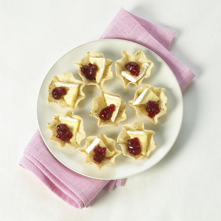 Remplir les Scoops de petites tranches de Brie et de sauce aux canneberges. Servir chaud ou froid, au goût.