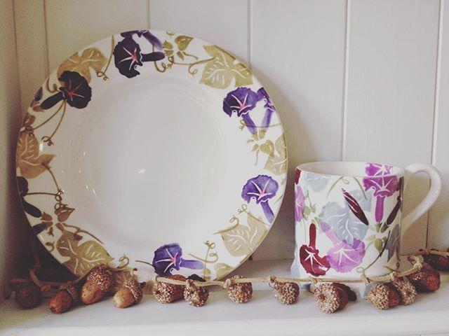 Hooray for Friday! #friyay #emmabridgewater #acorns #shelfie #morningglory #floral #hoorayforfriday