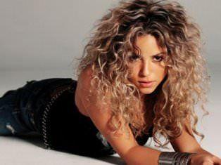 Cheveux frisés Shakira