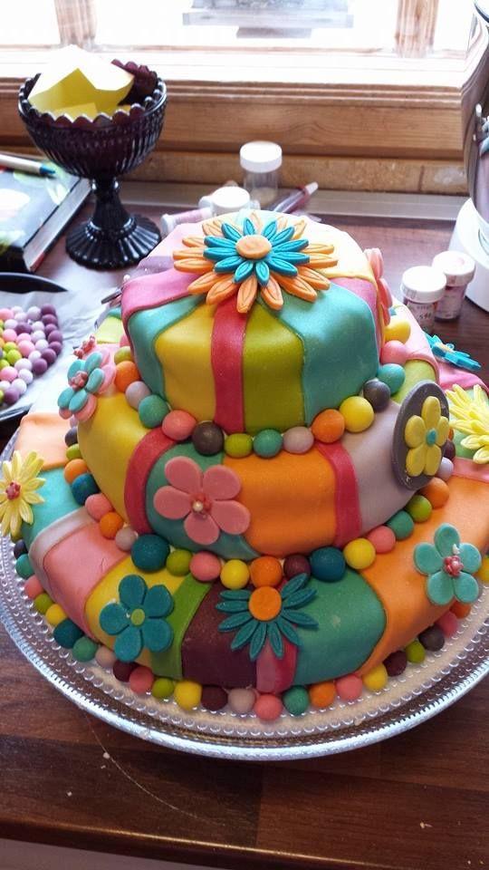 Kukkia, väriä ja iloa! Ihanan pirteä kakku, joka iteltä jäis kyllä tekemättä...