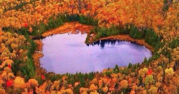 Québec. Le lac en Cœur. Il est situé en zone forestière, à 1,6 km au nord-ouest du village d'Hervey-Jonction, à 1,8 km (en ligne directe) au sud-es… | Pinteres…