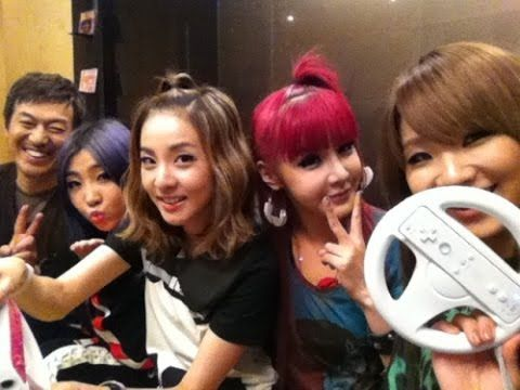 2NE1 Adorable Selcas. Really miss This Girls !!!