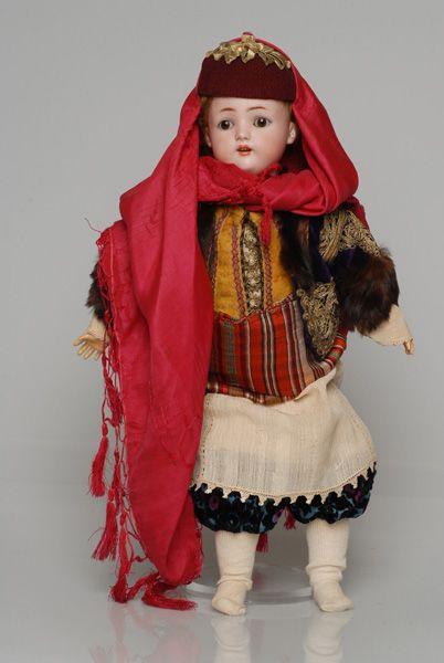 Πορσελάνινη κούκλα από τη συλλογή της βασίλισσας Όλγας ντυμένη με τη γυναικεία, γιορτινή φορεσιά του Καστελλόριζου