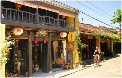 Hoi An terletak di provinsi Quang Nam dan memiliki populasi penduduk sekitar 88.000 jiwa. Hoi An juga merupakan pelabuhan terbesar di Asia Tenggara pada Abad ke 16. Hoi An menjadi tempat wisata terbaik di vietnam karena pantainya yang indah. Toko-toko di Hoi An memiliki gaya arsitektur Cina.