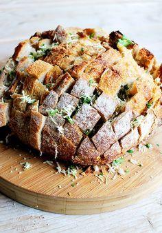 Pull apart cheese bread  Dit borrelbrood gevuld met onder andere kaas ziet er niet alleen geweldig uit, het smaakt ook waanzinnig lekker. In het Engels wordt het ook wel een pull apart bread genoemd, omdat je het brood van tevoren insnijdt waarna je hem makkelijk in stukjes uit elkaar kunt trekken. Makkelijker kan bijna niet en ideaal voor tijdens kerst!