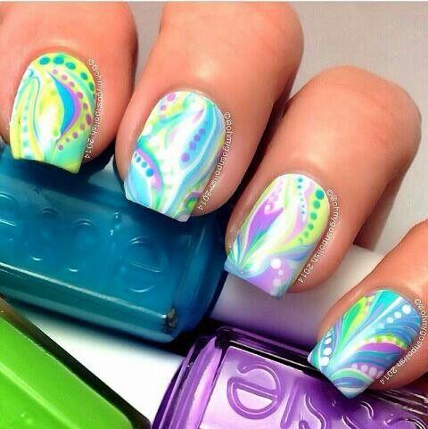 moderno diseño de uñas naturales, marmoleado de colores hecho a mano #nailsArt #nailsDesign