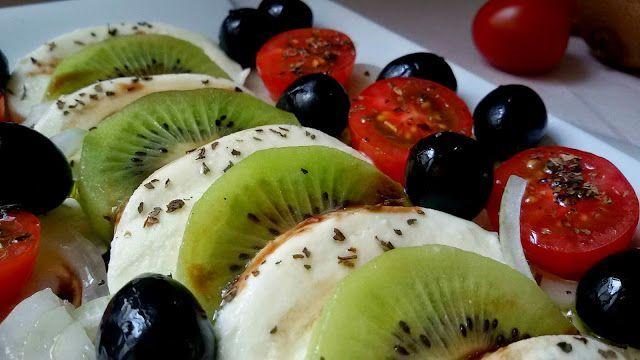 Ensalada de mozzarella y kiwi aliñada con reducción de vinagre balsámico de fresas