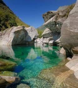 La beauté du paysage où court la Verzasca attire les touristes. #powerpatate, #voyage