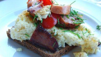 Luftig æggekage - den lækre med bacon og pølser
